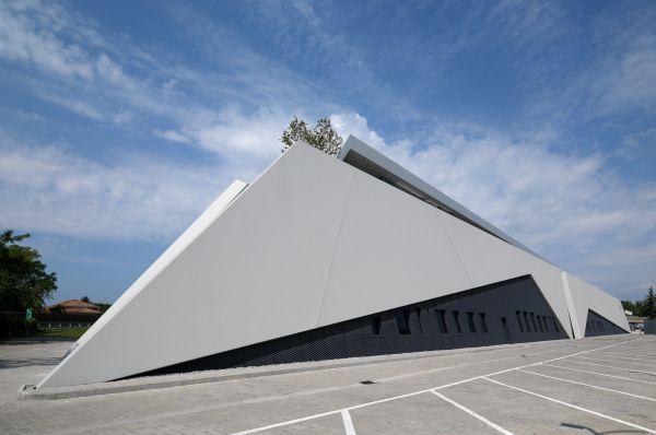 Il progetto per la sede della società ab medica dalla forma triangolare