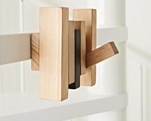 Trul-Y è un moderno appendiabiti per scale a giorno in legno