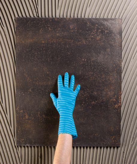 Gli adesivi cementizi Mapei, come Ultralite S1, per la posa accurata delle piastrelle ceramiche di grande formato
