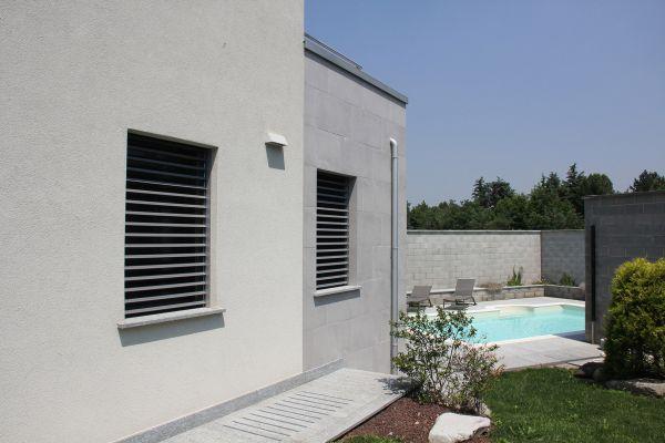 La piscina della villa di Inveruno dotata di portoni Hormann