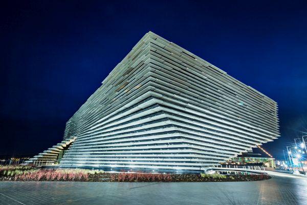 Progetto Victoria & Albert Museum di Dundee by Kengo Kuma. Vista di notte