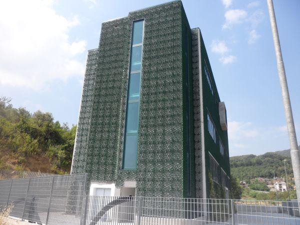 La griglia Wall-Y di Geoplast ricopre la facciata esterna della Dacla