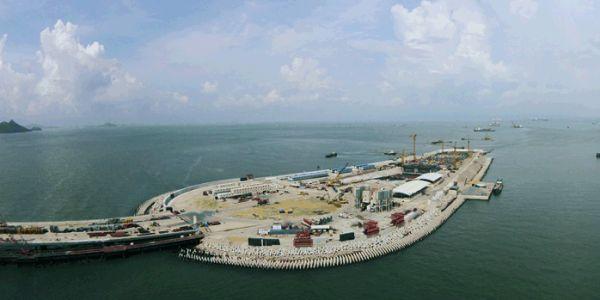 Una delle isole artificiali su cui sbocca il tunnel sotterraneo del ponte in Cina