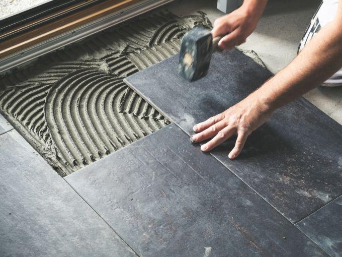 Adesivi e collanti per piastrelle e finiture ceramiche per facciate