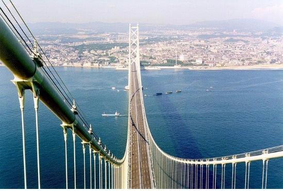 Figura 4. L'Akashi Kaikyo è il ponte più lungo al mondo con 1991 m tra i due piloni (foto P. Clemente).
