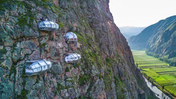 Albergo-sospeso sulle montagne in Perù