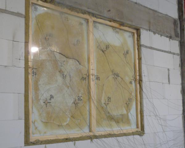 Test antincendio eseguito presso il laboratorio di verifica della DMT a Lathen, su vetri Pilkington Pyrostop® installati per 33 anni. Il tempo di resistenza minimo è stato agevolmente superato, addirittura i vetri dopo 48 minuti rispettavano ancora il criterio dell'integrità.