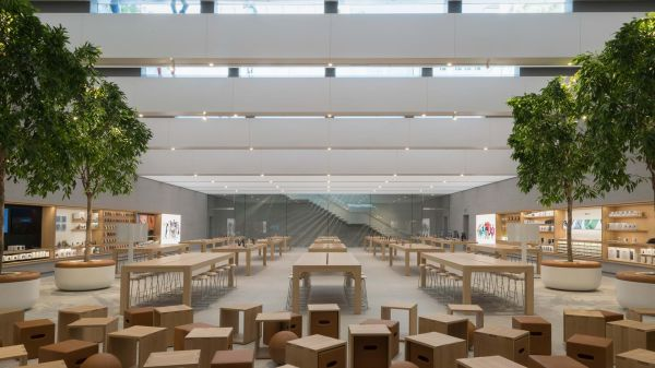 L'interno dello Store apple di Piazza Liberty a Milano
