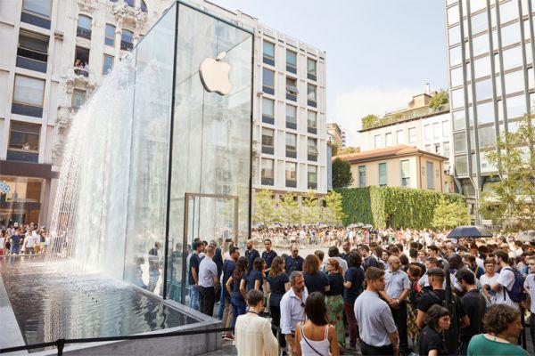 Il giorno dell'inaugurazione dell'Apple Sore di Piazza Liberty a milano con migliaia di persone