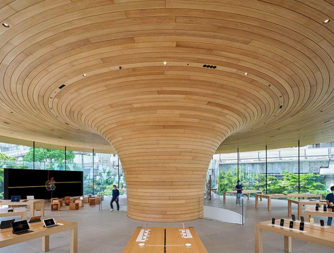 Interno in legno dell'Apple Store di Foster di Bangkok