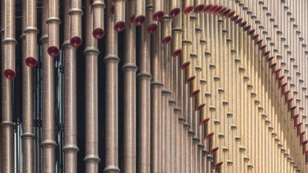 Le aste tubolari che avvolgono il centro culturale del Bund Finance Center a Shangai