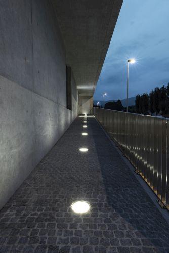 Apparecchi da incasso per l'illuminazione esterna della  banca Raiffeisen a Stabio