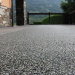 Speciale outdoor con pavimentazioni continue in pietra naturale e resina