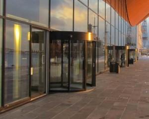 Porte girevoli, la soluzione ideale per l'inverno e l'estate