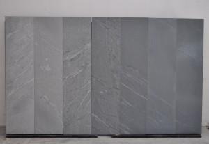 La varietà di intensità di effetti e di colore in pannelli di pietra del Cardoso differentemente trattati in superficie