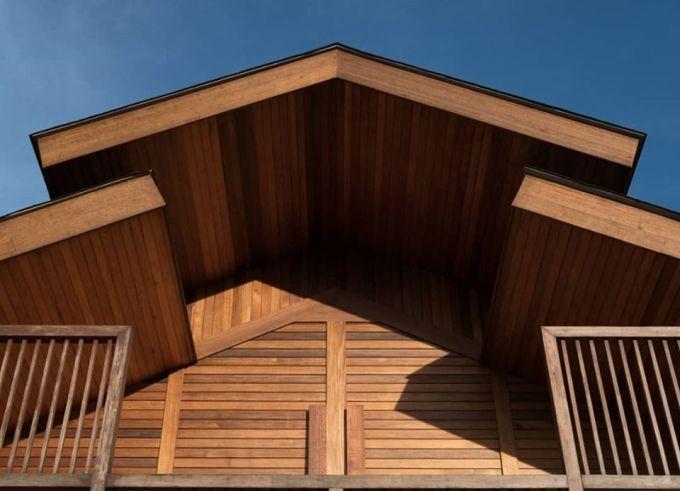 """Il tetto inclinato della """"Oikumene Church"""" in Indonesia"""