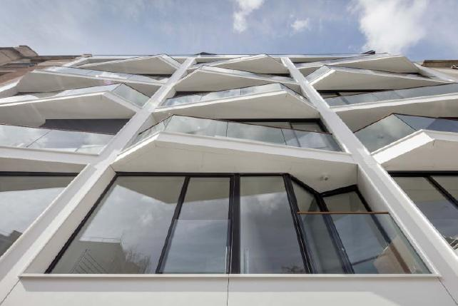 """Le grandi finestre panoramiche installate in una struttura in Corian® Exteriors nel Palazzo """"Le Koriant"""" a Boulogne-Billancourt"""