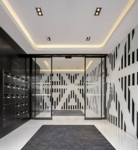 """L'artista Daniel Buren ha utilizzato Corian® Solid Surface per decorare l'atrio del Palazzo """"Le Koriant"""" a Boulogne-Billancourt"""