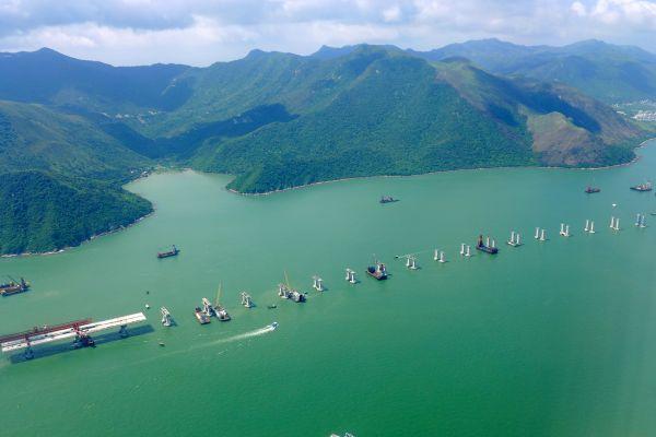 Costruzione del ponte più lungo del mondo in Cina