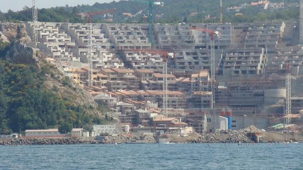 Costruzione del complesso residenziale nella baia