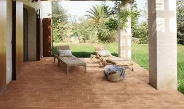 Il cotto è versatile: è possibile utilizzarlo sia per pavimentare gli spazi interni che esterni.