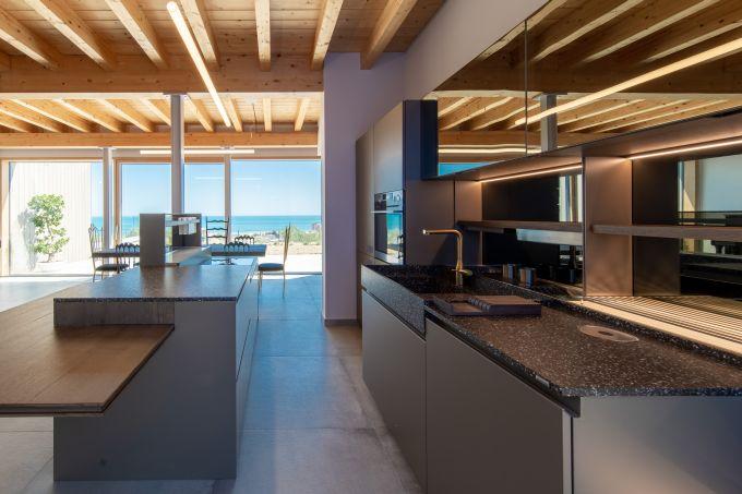 I materiali degli interni della Residenza Q conferiscono calore all'ambiente