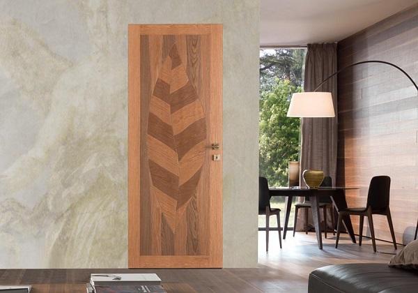 Porta in legno disegnata da Tonino Guerra