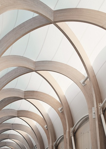 Dettaglio della struttura in legno lamellare del passaggio pedonale