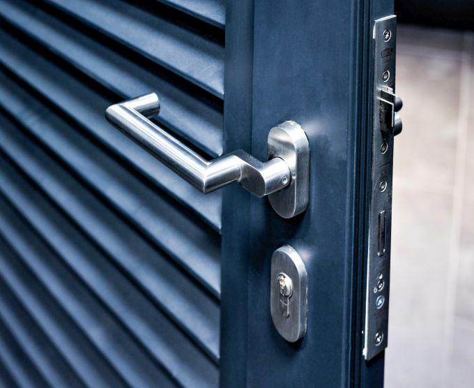 Maniglia in acciaio inox ECO D-330 Magis per le porte del Motel One Hotel a Berlino