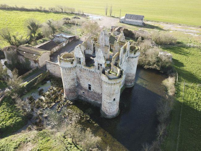 Il Castello Ebaupinay isolato nella campagna della Loira