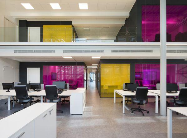 Gli interni di Econocom: open-space a doppia altezza