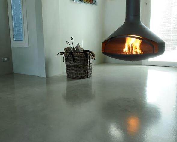 Pavimento realizzato in resina epossidica. In questa foto la finitura è lucida e rende lo spazio luminoso ed elegante.