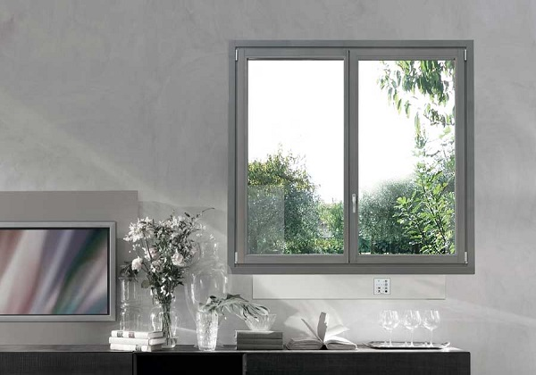 Finestra in legno chiaro grigio