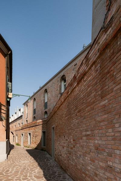 Parte della facciata e del muro perimetrale conservati