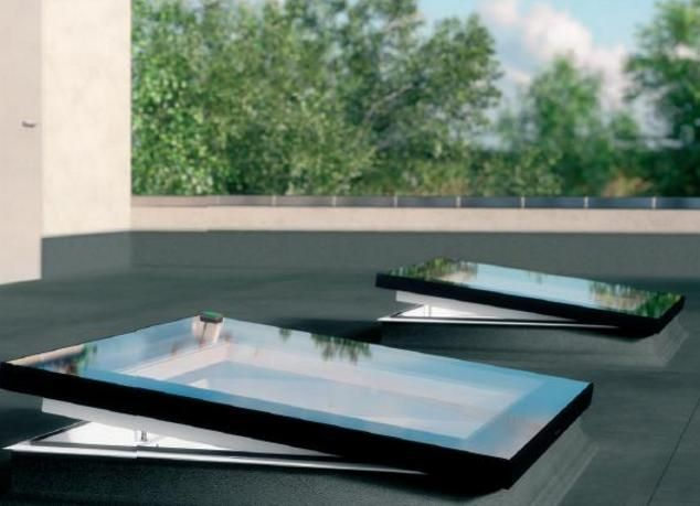 Le finestre FAKRO offrono una grande quantità di luce naturale per gli edifici con tetti piatti