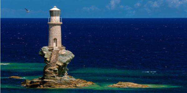 Il faro di Tourlitis in Grecia sembra uscito da una favola