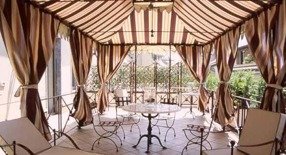 L'officina dei giardini crea delle raffinate strutture in ferro dallo stile raffinato e classico.