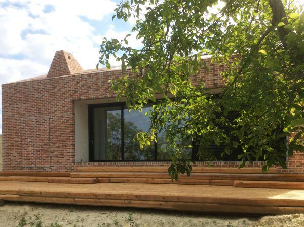 La sola grande finestra della nuova casa di Cigliè