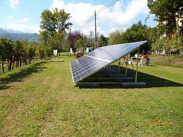 Fotovoltaico a terra: tra nuova vita green per le aree inquinate e comunità energetiche
