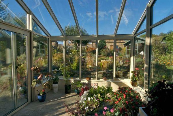 Nell'immagine possiamo vedere uno dei diversi usi dei giardini d'inverno: una piccola serra in cui coltivare piante e fiori.