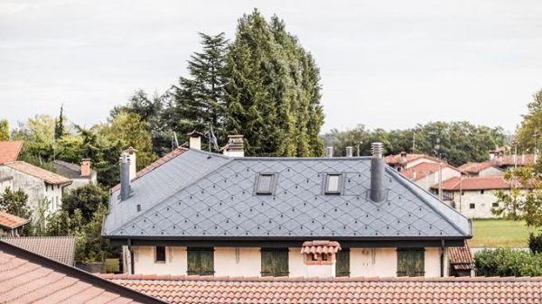 Grondaie PREFA abbinate al tetto in un intervento di riqualificazione in Friuli