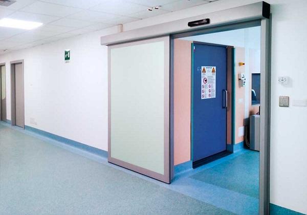 Porta dal profilo liscio per struttura ospedaliera