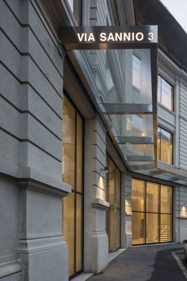 Ingresso dell'edificio dell'ex Tibb a Milano in via Sannio