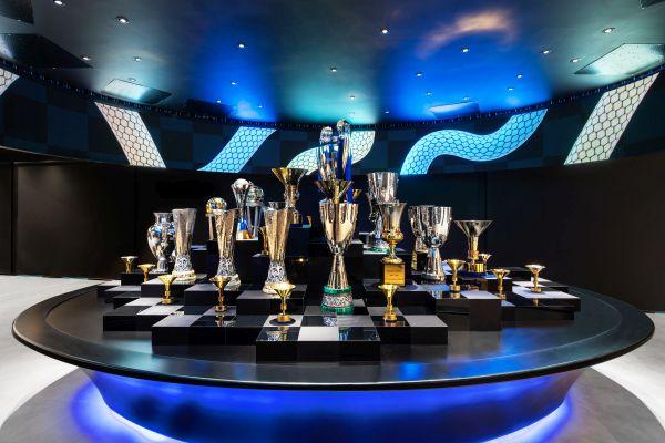 La sala che raccoglie i trofei vinti dall'inter nella nuova sede milanese della società