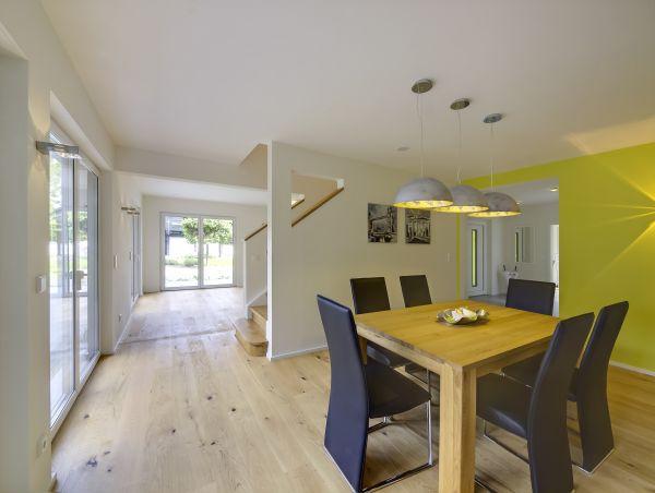 Vista interna di una casa in legno
