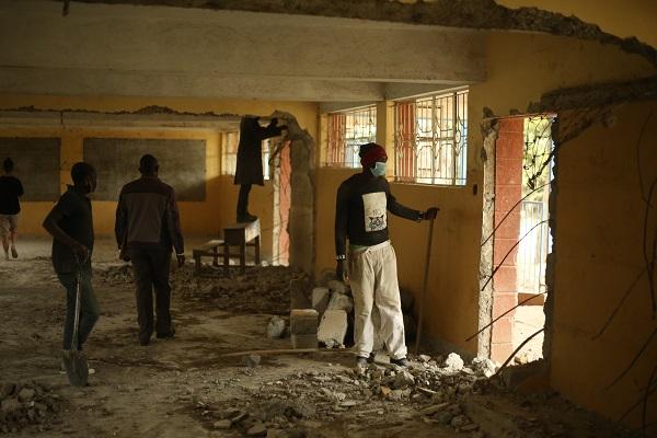 Alcuni abitanti del luogo alle prese con la ristrutturazione