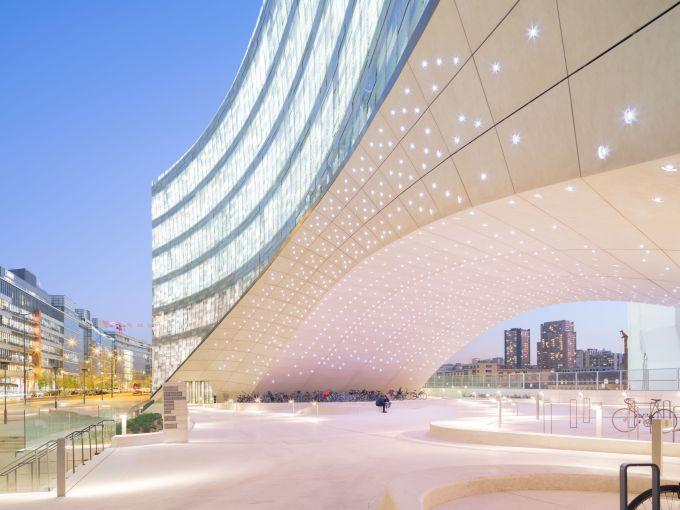 Il grande arco che sostiene l'edificio del quartier generale di Le Monde a ParigiGroup