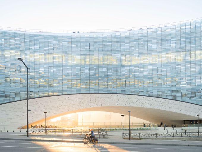 La facciata del nuovo quartier generale di Le Monde Group a Parigi