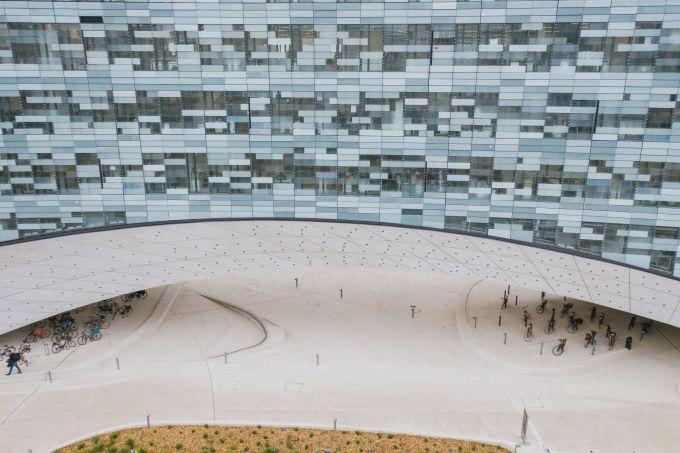 La facciata pixelata delquartier generale di Le Monde Group