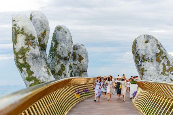 Le mani giganti che sorreggono il Golden Bridge in Vietnam